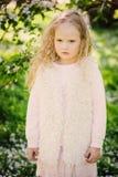 Retrato da mola de 5 anos encaracolado sonhadores bonitos da menina idosa da criança Imagem de Stock