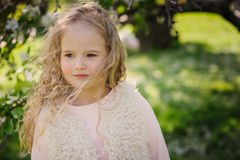 Retrato da mola de 5 anos encaracolado sonhadores bonitos da menina idosa da criança Foto de Stock Royalty Free