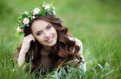 Retrato da mola de uma mulher bonita em uma grinalda das flores fotos de stock