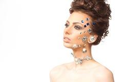 Retrato da morena bonita com os diamantes em sua cara foto de stock royalty free