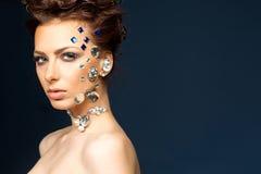 Retrato da morena bonita com os diamantes em sua cara imagens de stock