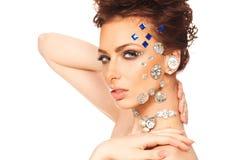 Retrato da morena bonita com os diamantes em sua cara imagem de stock royalty free