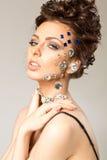 Retrato da morena bonita com os diamantes em sua cara fotos de stock