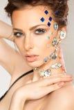 Retrato da morena bonita com os diamantes em sua cara foto de stock