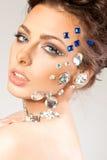 Retrato da morena bonita com os diamantes em sua cara fotos de stock royalty free