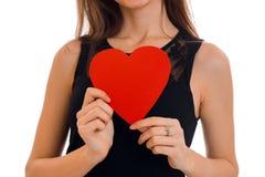Retrato da morena bonita no amor com coração vermelho sem cara isolada no fundo branco ` s do Valentim de Saint Fotografia de Stock Royalty Free