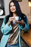 Retrato da morena com café imagem de stock