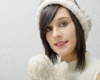 Retrato da morena consideravelmente nova com chapéu do inverno Imagens de Stock