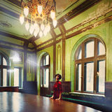 Retrato da morena da senhora no interior rico do castelo velho fotografia de stock
