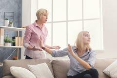 Retrato da mulher adulta e da filha irritadas em casa Fotos de Stock Royalty Free