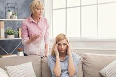Retrato da mulher adulta e da filha irritadas em casa Fotografia de Stock Royalty Free