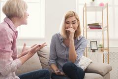 Retrato da mulher adulta e da filha irritadas em casa Imagem de Stock Royalty Free