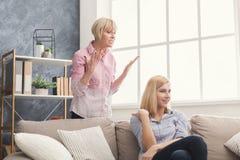 Retrato da mulher adulta e da filha irritadas em casa Imagens de Stock Royalty Free