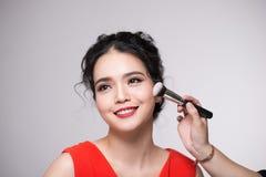 Retrato da mulher adulta nova asiática atrativa que aplica o ruge Imagens de Stock Royalty Free