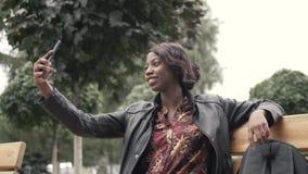 Retrato da mulher africana nova à moda que toma o selfie com seu telefone esperto Imagens de Stock Royalty Free