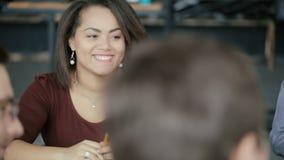 Retrato da mulher africana nova na reunião de negócios pequena Grupo de pessoas multi-étnico no espaço coworking moderno, escritó filme