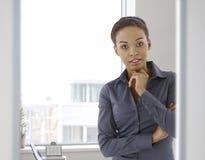 Retrato da mulher afro-americana nova no escritório foto de stock royalty free