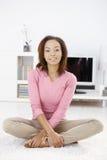 Retrato da mulher afro em casa foto de stock royalty free