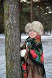 Retrato da mulher alegre dos anos médios na madeira de pinho do inverno Imagem de Stock Royalty Free