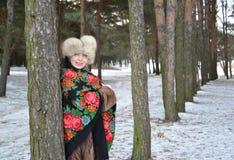 Retrato da mulher alegre dos anos médios na madeira de pinho do inverno Imagens de Stock Royalty Free