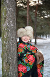 Retrato da mulher alegre dos anos médios na madeira de pinho do inverno Fotografia de Stock Royalty Free
