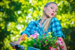 Retrato da mulher alegre que monta uma bicicleta foto de stock
