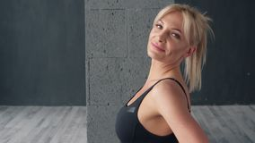 Retrato da mulher da aptidão no estúdio da ioga filme