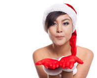Retrato da mulher asiática bonita que veste Santa Claus com blowi foto de stock royalty free