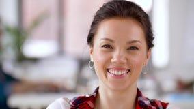 Retrato da mulher asiática de sorriso feliz no escritório filme