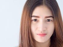 Retrato da mulher asiática na veste branca, expressando a ideia de coração quebrado e de tristeza impossível e espere, conceito foto de stock