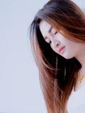 Retrato da mulher asiática na veste branca, expressando a ideia de coração quebrado e de tristeza impossível e espere, conceito imagem de stock royalty free