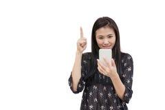 Retrato da mulher asiática nova que guarda o smartphone no branco Foto de Stock Royalty Free