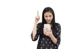 Retrato da mulher asiática nova que guarda o smartphone no branco Fotos de Stock Royalty Free