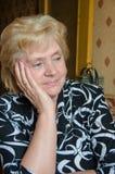 Retrato da mulher atrás de uma tabela Fotografia de Stock Royalty Free