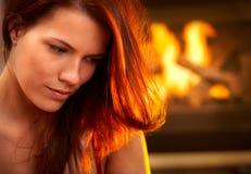 Retrato da mulher atrativa na frente do incêndio fotos de stock royalty free