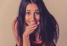 Retrato da mulher atrativa nova com cara de sorriso e cabelo longo preto bonito Cuidado da beleza fotos de stock