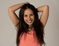 Retrato da mulher atrativa nova com cara de sorriso e cabelo longo preto bonito Cuidado da beleza fotografia de stock
