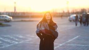 Retrato da mulher atrativa nova que anda e que sorri à câmera fora, luz do sol, movimento lento video estoque