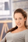 Retrato da mulher atrativa que relaxa em casa fotografia de stock royalty free