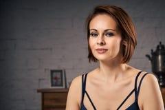 Retrato da mulher atrativa que senta-se no sofá Imagens de Stock Royalty Free