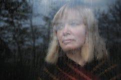Retrato da mulher através do indicador Imagens de Stock Royalty Free