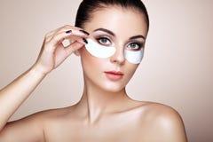 Retrato da mulher da beleza com remendos do olho imagens de stock royalty free