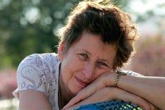 Retrato da mulher 65 bonita ano-velha Fotos de Stock Royalty Free