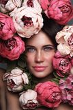 Retrato da mulher bonita com as flores em torno de sua cara imagens de stock royalty free