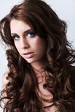 Retrato da mulher bonita com cabelo curly longo Foto de Stock