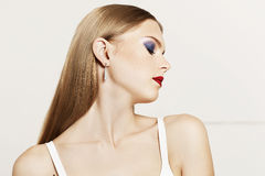 Retrato da mulher bonita com cabelo de brilho reto do lond no fundo branco Fotografia de Stock Royalty Free