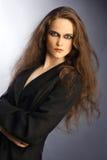 Retrato da mulher bonita com cabelo grosso longo. Fotos de Stock Royalty Free