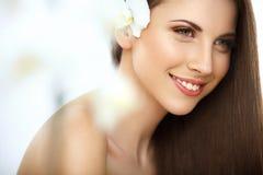 Retrato da mulher bonita com cabelo longo. Fotografia de Stock