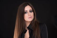 Retrato da mulher bonita com cabelo longo no fundo preto Foto de Stock