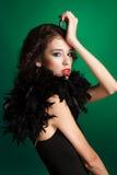 Retrato da mulher bonita com cabelo marrom longo. Retrato do close up de um modelo de forma que levanta no estúdio no fundo verde Foto de Stock Royalty Free